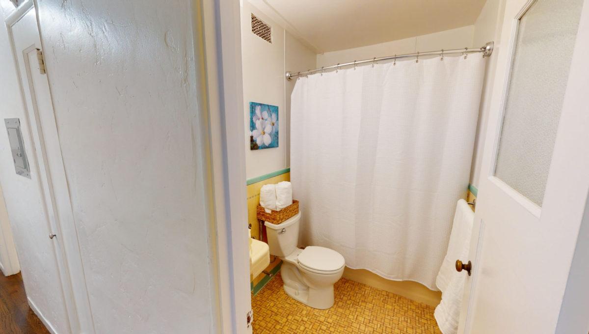 826-Fourth-St-2-Bathroom